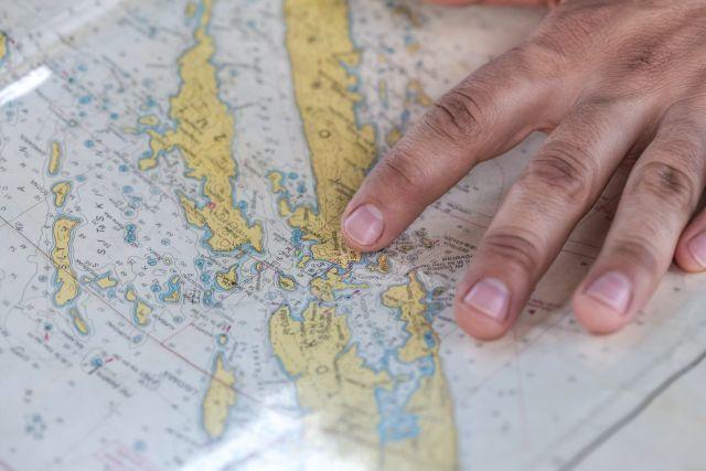 Hand auf Seekarte
